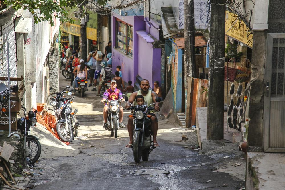 Rio de Janeiro, Rio, Brasilien, Favela, Rocinha, Favela Rocinha, berüchtigte und gefährliche Favela, Drogenbosse, Mafia, enge Gassen, Drogen, Drogenhandel, Gewalt, lose Kabel, Kabelsalat, Menschen in der FAvela, Bevölkerung in der Favela, Bevölkerung in Rio de Janeiro, Menschen Brasilien, Armut Brasilien, Mopeds Favela, Armut Favela